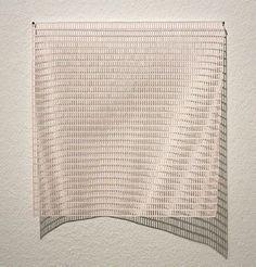 Fiene Scharp, titre inconnu (2014).  Formée à l'University of Arts Berlin, cette artiste allemande compose ses oeuvres de papier à partir des lignes ou quadrillés figurant dans divers types de cahiers ou partitions qu'elle découpe. Ses oeuvres font partie de plusieurs collections publiques et privées, notamment celles de la Kunstmuseum Stuttgart.