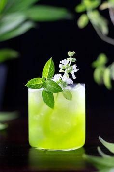 Gin Basil Smash - Moody Mixologist Easy Gin Cocktails, Classic Cocktails, Craft Cocktails, Cocktail Drinks, Whiskey Smash, Bar Spoon, Honey Syrup, Cocktail Ingredients, Recipes