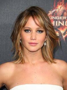 Jennifer sta benissimo con questo caschetto mosso e scalato, con la frangia laterale, morbido e sexy.  -cosmopolitan.it