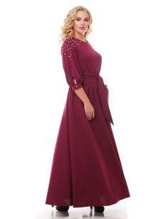 """Вечернее платье из креп-дайвинга. Платье отрезное по линии талии. Рукава ¾, дополнены манжетами. По бокам выполнены карманы. По линии плеча платье декорировано """"жемчугом"""" Пояс-лента в комплекте. Рост модели на фото 174 см, разм. 52. Платье доступно в размерах 48-58"""