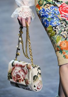 Dolce & Gabbana Herbst 2012 Konfektionsmode-Show - Dolce & Gabbana Herbst 2012 Ready-to-Wear Fashion Show Details - Floral Fashion, Fashion Bags, Fashion Show, Fashion Accessories, Big Fashion, Fall Fashion, Vogue Fashion, Milan Fashion, Dolce & Gabbana