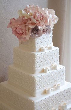 square quilted cake with bows
