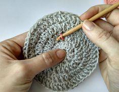 QUÉ HACER CON TUS RESTOS DE ALGODÓN: POSAVASOS COLORIDOS   The Blog - ES Couture, Knitted Hats, Blog, Knitting, Crochet Blanket Patterns, Magic Ring, Strands, Coloured Glass, Crochet Coaster