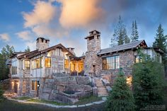This gorgeous rustic mountain retreat has been designed by KA Architecture in collaboration with Haven Interior Design, located in Big Sky, Montana. This exquisite mountain dwelling was built by Hi… Montana Ranch, Colorado Ranch, Kiawah Island Beach, Cabin In The Woods, Modern Farmhouse Bathroom, Home On The Range, Boho Home, Timber House, Mountain Homes