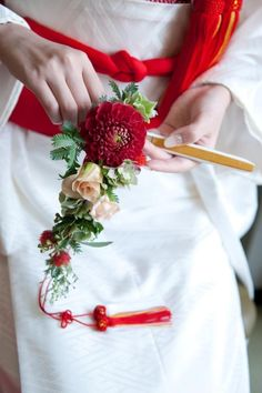 White and red meant as a lucky charm at Japanese wedding in old days. Wedding Bridesmaid Flowers, Modern Wedding Flowers, Wedding Designs, Wedding Styles, Boutonnieres, Button Bouquet, Wedding Kimono, Japanese Wedding, Style Japonais
