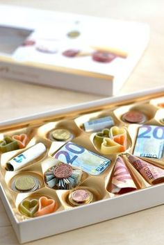 Money chocolates Creative gift: pralines of notes and coins. Great to combine with homemade edible chocolates! Money chocolates Creative gift: pralines of notes and coins. Great to combine with homemade edible chocolates! Creative Money Gifts, Creative Gift Wrapping, Gift Money, Diy Presents, Diy Gifts, Unique Gifts, Don D'argent, How To Make Chocolate, Chocolate Chocolate