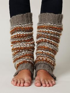 I want to start wearing leg warmers and tights this season Crochet Leg Warmers, Knit Crochet, Crocheted Lace, Cute Summer Outfits, Cute Outfits, Quoi Porter, Boot Cuffs, Boot Socks, Tight Leggings