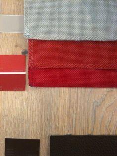 eiken lamelparket met grijze olie, rode tinten uit het bestaande vloerkleed, grijze leemkleur voor de gordijnen en donkerbruine leren (bestaande) bank. Accentkleur toe te voegen.