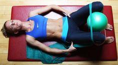 13. cvik: Zapojení pánevního dna přes aktivaci vnější i vnitřní stranu stehen. V tomto cviku se spojí oba předchozí dohromady. Vložte overball mezi kolena a zároveň si kolena oviňte elastickým pásem či nějakým páskem.
