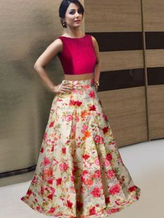 Crop Tops With Long Skirts Lehenga Lehenga Crop Top, Floral Lehenga, Lehenga Blouse, Lehenga Choli, Lehenga Skirt, Mode Bollywood, Bollywood Lehenga, Bollywood Party, Choli Designs