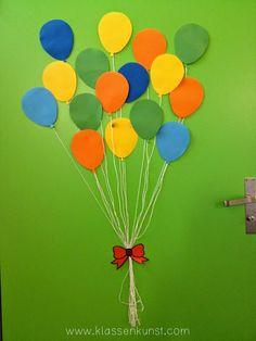 Und wir fliegen in Richtung 2. Klasse   Regelmässig wird die Tür unseres Klassenzimmers umgestaltet. Manche Lehrpersonen gestalten am Anfan...