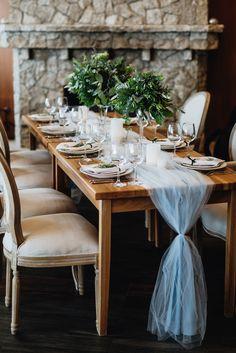 В интерьере ресторана уже присутствовал выбранный нами стиль, оставалось только подчеркнуть его пыльно-голубыми полупрозрачными раннерами с лаконичными, преобладающими зеленью, композициями в вазах на прозрачных ножках.Подробнее на http://www.wedkitchen.ru/svadba-nasti-i-kosti
