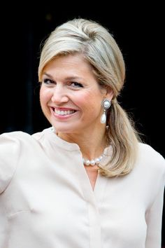 Queen Maxima had for this event replaced her Fabienne Delvigne hat with a pearl necklace.