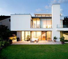 Weiße Fassade mit großen Fenstern