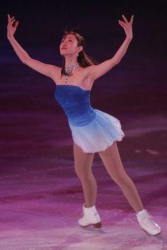 Figure skating - shizuka arakawa spread eagle   blue dress