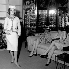 Austrian born actress Romy Schneider with legendary French fashion designer Coco Chanel at her apartment rue Cambon in 1960 in Paris, France . Get premium, high resolution news photos at Getty Images Romy Schneider, Coco Chanel Pictures, Coco Chanel Fashion, Chanel Style, Slim Aarons, Jacques Fath, Tweed Suits, Chanel Couture, French Fashion Designers