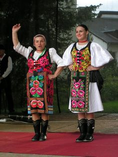 Ahaha, the cute old lady. Folk Clothing, Clothing And Textile, Folk Costume, Costume Dress, European Costumes, Dance World, Ethnic Dress, Dancing In The Rain, Belgrade