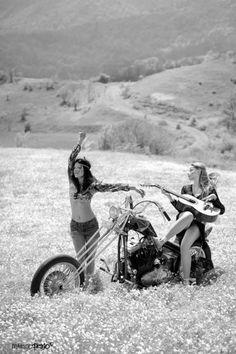 Harley Davidson News – Harley Davidson Bike Pics Lady Biker, Biker Girl, Chicks On Bikes, Motorbike Girl, Motorcycle Gear, Hot Bikes, Bike Art, Biker Chick, Vintage Bikes