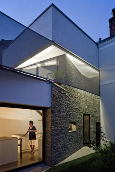 In a residential neighbourhood of the city of Tours, at the bend of a street, a house turns its back abruptly to the street : a single window dominates a narrow opening.  If you're lucky to be invited in by Claudine and Jean Claude, they will sure