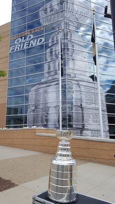 """""""Welcome back Old Friend!"""" Great sign. Great photo.  #stanleycup #penguins @NHL @HockeyHallFame"""