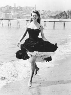 Brigitte Anne-Marie Bardot 1956, (* 28. September 1934 in Paris) ist eine frühere französische Filmschauspielerin, ehemals auch Model, Sängerin und Sexsymbol @WhoWhatWearUK