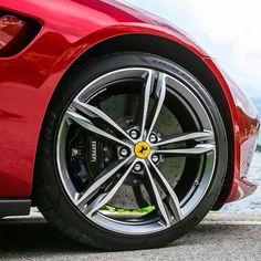Ferrari GTC4 Lusso 2017 Modelo esportivo para quatro lugares tem motor aspirado 6.2 V12 com 690 cv e 697 Nm a 5750 rpm de torque. Máxima de 335 km/h e aceleração de 0-100 km/h em apenas 3.4s. As rodas são aro 20 calçadas por pneus Pirelli P-Zero 245/35 R20. #carroesporteclube #Ferrari