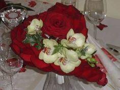 Svatební kytice - srdce z okvětních lístků růží