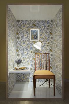 Svenskt Tenn frequently shows contemporary & historical exhibitions in the store at Strandvägen 5 in Stockholm. Josef Frank Tapet, Wooden House Decoration, Edwardian House, Dark Furniture, Room Color Schemes, Dark Interiors, Inspiration Wall, Interior Design Studio, Of Wallpaper