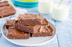 No bake chocolate weetbix slice, easy kid friendly recipe made with weetabix, or wheat biscuit breakfast cereal Dinner Recipes Easy Quick, Easy Meals For Kids, Breakfast Biscuits, Breakfast Cereal, Chocolate Weetbix Slice, Chocolate Cakes, Yummy Treats, Delicious Desserts, Yummy Food