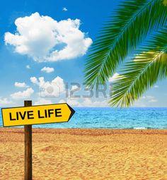 Playa tropical con tabla dirección diciendo VIDA VIVA. Foto de archivo - 32301456