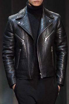 Clásico: Total black look.  Chaqueta biker jacket con cierres de cremallera, polera de lana negra y pantalón.