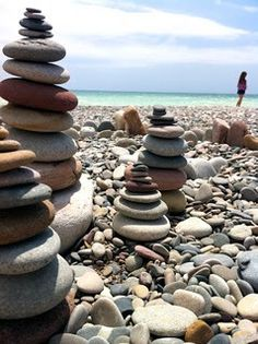 Cairns We saw these all over the beach in Michigan. I had to bring some rocks… Pebble Stone, Pebble Art, Stone Art, Stone Balancing, Chemistry Cat, Stone Cairns, Beach Stones, Beach Rocks, Am Meer