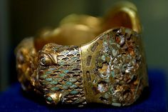 Anillo de oro asirio, de Nimrud. Siglo VIII a..C.