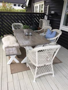 Sommer med hjemmelaget bord og krakk