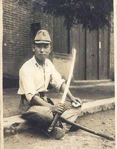 shin gunto | Oficial limpiando su Shin-Gunto durante un descanso, posiblemente en ...