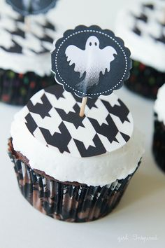 5 Awesome DIY Halloween Cupcakes that anyone can make from TheGirlInspired.com