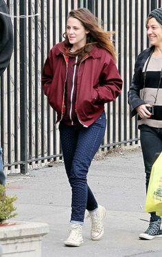 Kristen Stewart foi fotografada toda linda, com uma calça de bolinhas, circulando hoje por New York. A atriz também posou para uma foto ao lado de um fã sortudo. Ao que parece, a imagem foi feita em um restaurante mexicano, onde aparentemente Still Alice teve cenas gravadas.