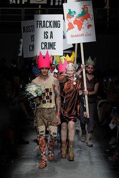 ヴィヴィアン ウエストウッド(Vivienne Westwood)2016年春夏コレクション公開。メッセージ性の強いショーのフィナーレは政治家に対するデモ
