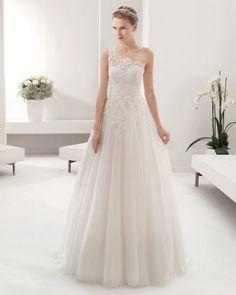 Distinguida y osada a la vez, vestidos de novia con escote asimétrico Image: 14