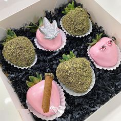 Strawberry Cake Pops, Chocolate Covered Strawberries, Chocolate Covered Treats, Chocolate Bomb, Yummy Treats, Sweet Treats, Yummy Food, Best Party Food, Valentines Food