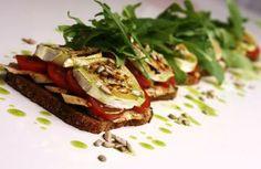 Ruislimppu on maukas ja proteiinipitoinen vaihtoehto lämpimille voileiville. Yhdessä vuohenjuuston ja kanan kanssa siitä saa oivan lounaan tai ruokaisan välipalan.