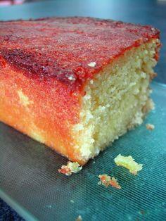 Superbes associations pour un résultat inattendu qui change des goûts de cakes traditionnels... Le simple fait de l'arroser à sa sortie du four lui donne un moelleux et une saveur extraordinaires ! Préchauffer le four à 240° Découper en petits morce