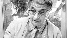 María Moliner (1900-1981),fue una de las mujeres más destacadas de las letras españolas del siglo XX. Su diccionario fue texto de consulta para muchos estudiantes y la colocó a las puertas de la Real Academia de la Lengua. Podría haber sido la primera mujer en ingresar en la institución pero su naturaleza femenina y el hecho de no haber cursado estudios reglados de filología fueron algunas de las razones por las que no pudo disfrutar tal honor. El tiempo le daría el merecido reconocimiento.