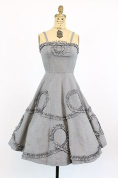 Gorgeous 1950s gingham frock! Done in a crisp cotton, a possible poly blend. Super sweet fitted bodice, side metal zipper and extra full skirt. Made