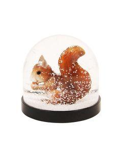 Boule � neige avec petit �cureuil d�gustant une noix ! Dimensions : hauteur 8cm, � 9cm0 cm env. Mat�riau : plastique. Cet article n'est pas un jouet. Ne convient pas aux enfants de - de 3 ans.