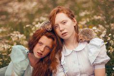 Models mit Igel auf dem Schulter und Kopf Plotnikova Projekt