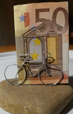 Eine Einladung zu einem runden Geburtstag, mit dem Geschenkwunsch 'Bares für ein neues Rennrad', brachte mich auf die Idee, ein Rad aus Draht zu biegen. Mit den Seitenschneider schnitt ich ein Stück Silberdraht (1 mm) von der Rolle ab und begann mit der Biegeaktion. Die ersten beiden Versuche misslangen, da ich das Drahtstück …
