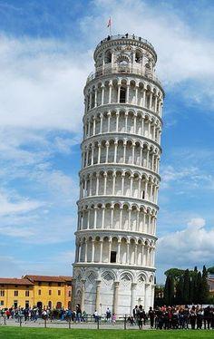 8. Tháp nghiêng Pisa, Italy Tháp nghiêng nổi tiếng nhất thế giới thực chất là một tháp chuông của nhà thờ lớn ở thành phố Pisa. Tháp bắt đầu được xây năm từ 1173, nhưng khoảng 5 năm sau thì bị nghiêng dần ngoài ý muốn của các nhà thiết kế. Nguyên nhân là do đất nền quá mềm ở phía nam chân tháp. Sau khi hoàn thành năm 1372, tháp chỉ bị lún 1,3 m. Nhưng trải qua thời gian, càng ngày ngọn tháp nặng 16.000 tấn càng nghiêng hơn.