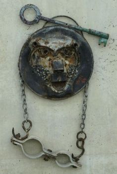 Yubi Kirindongo: great sculpturerfrom Curacao: mask made from junk material, often from car graveyards. (Image taken at exhibition early 2014, Museum Beelden aan de Zee, Schevingen, NL