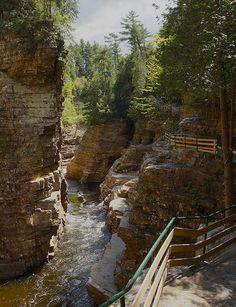 À peine à 1h30 de route de Montréal, au sud de Plattsburgh dans les Adirondacks, se trouve un parc spectaculaire: Ausable Chasm. C'est un paradis pour toute la famille, le plus vieux parc naturel des É-U. On peut y pratiquer l'escalade, descendre la rivière en rafting, faire du vélo de montagne, du rappel, de la tyrolienne ou simplement partir en randonnée sur les trottoirs de pierres qui longe les falaises abruptes. On peut aussi camper à proximité.